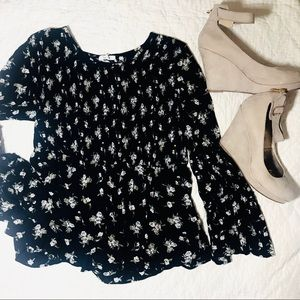 Flowered flowy top with bell sleeves and ruching